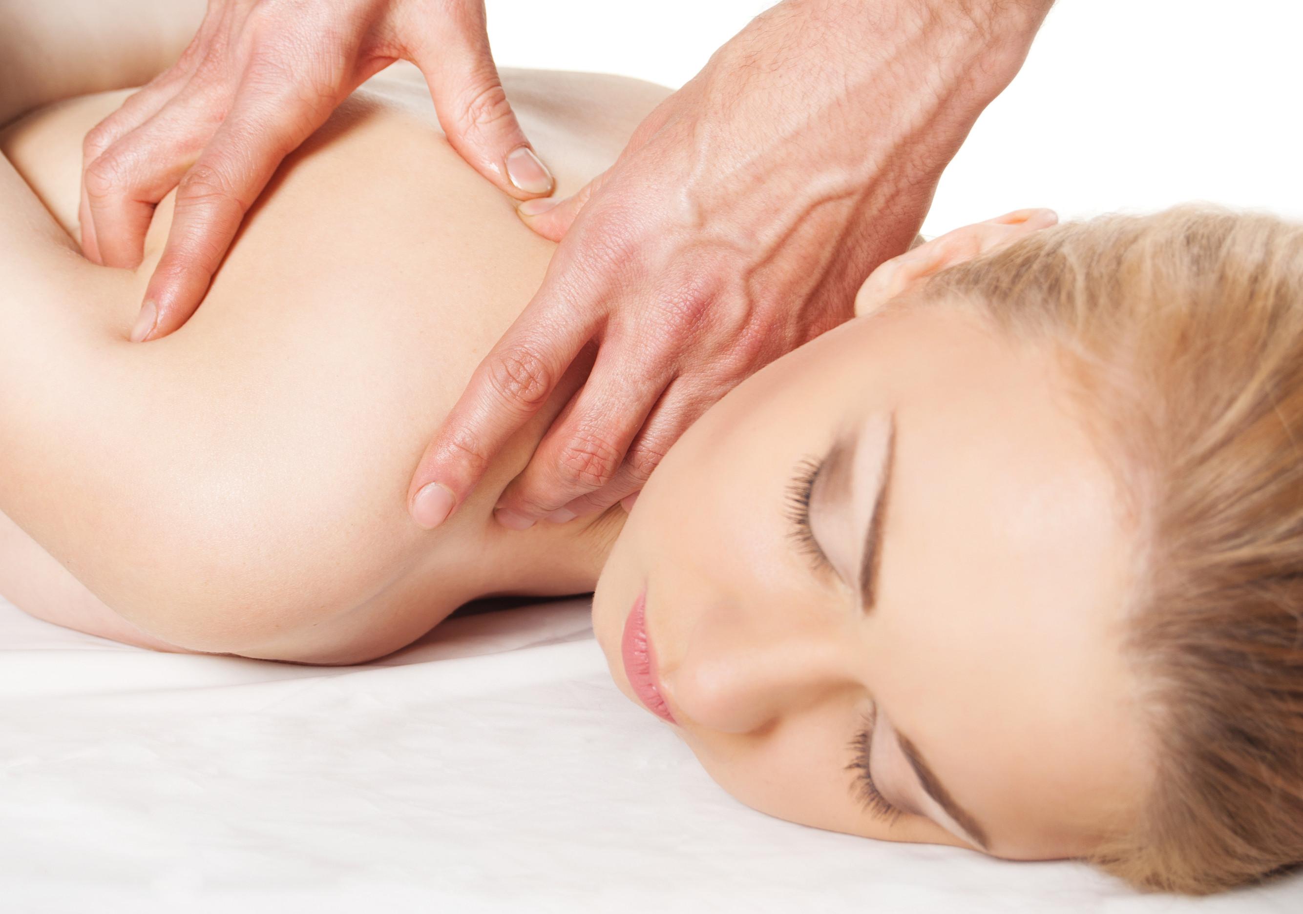 Девушка получить массаж - руки, массируя ее обратно - A красивая